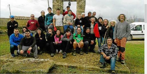 Durante la mañana del sábado, los voluntarios limpiaron el pozo d'en Torrens de Binissalem.