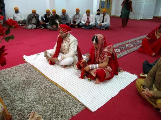 Los novios se sientan el uno al lado del otro para unirse en matrimonio.