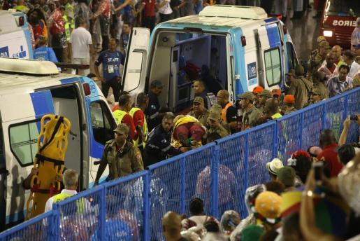 Rescatistas auxilian a heridos tras un accidente en una carroza de la escuela de samba del Grupo Especial Paraíso do Tuiuti participan en un desfile del Carnaval de Río.