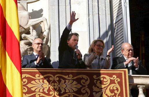 El nuevo presidente de la Generalitat, Artur Mas(2ºi), acompañado de su esposa, Helena Rakosnik, el ex presidente Jordi Pujol(d) y el portavoz de Convergencia i Unió(CiU), Josep Antoni Duran i Lleida(i), saluda desde el balcón del Palau de la Generalitat.