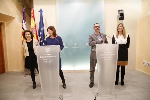 La presidenta del Govern, Francina Armengol (2i); el vicepresident, Biel Barceló; la consellera de Asuntos Sociales, Fina Santiago (i) y la de Salud, Patricia Gómez (d), durante la presentación del proyecto para el nuevo Son Dureta.