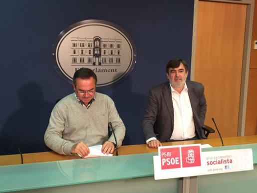 Los socialistas Xico Tarrés y Francesc Antich durante la rueda de prensa que han ofrecido la mañana de este lunes.