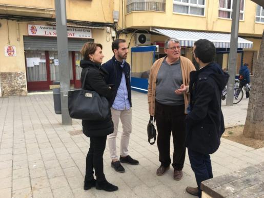 En la imagen, la portavoz del PP en Cort, Marga Durán y el regidor Guillermo Sánchez visitando el barrio de La Soledat.