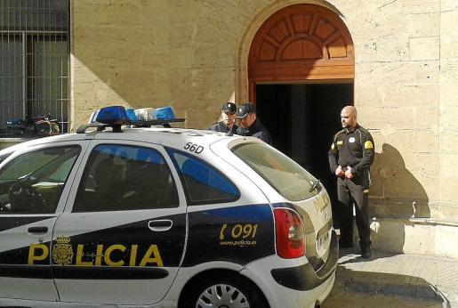 La acusada fue puesta a disposición judicial por agentes del Cuerpo Nacional de Policía.