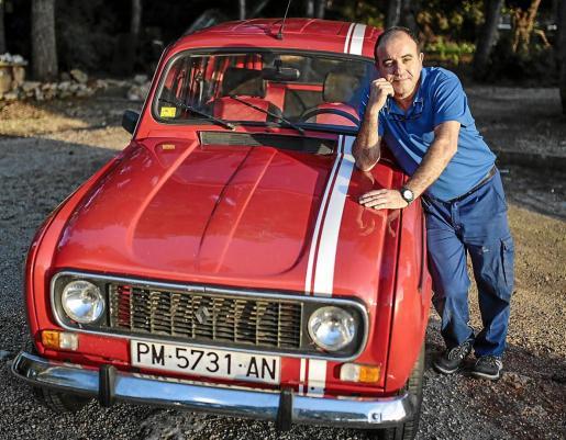 Antonio Ramírez, junto a su Renault 4 TL, que restauró durante seis meses y que dejó en perfecto estado.