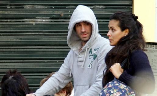 Joseph Fiennes pasea con su mujer y su hija por el centro de Palma.