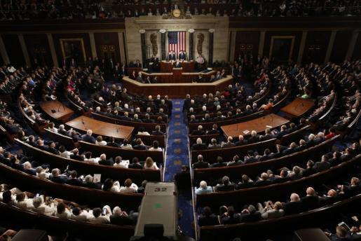 El presidente de los Estados Unidos, Donald J. Trump (C), ofrece su primer discurso en una sesión conjunta del Congreso en la Cámara de Representantes.