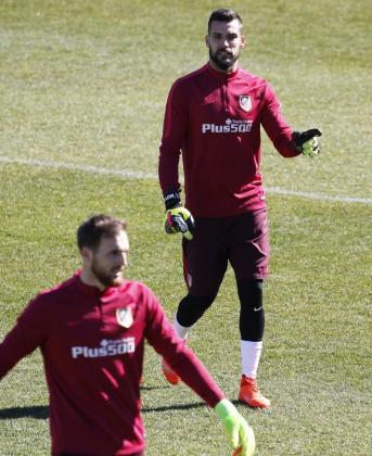 Los porteros del Atlético de Madrid, Miguel Ángel Moyá (d) y Jan Oblak (i), durante un entrenamiento.