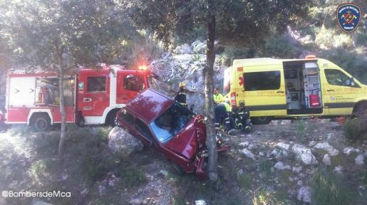 Un turismo ha terminado empotrado en un árbol en la carretera de Lluc.