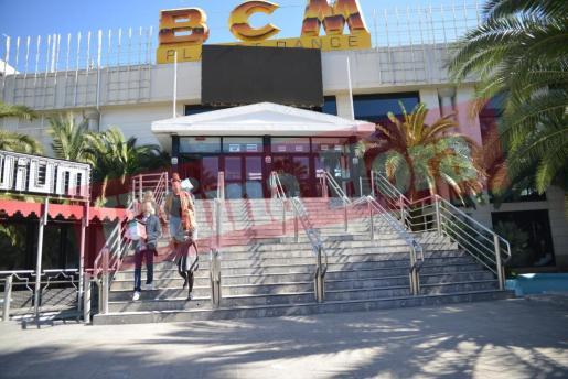 Agentes de la Policía Nacional, saliendo de la discoteca BCM tras el registro.