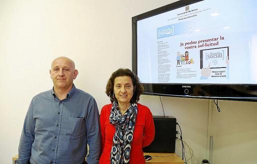 Andreu Horrach y Fina Santiago explicando la puesta en marcha de la renta básica.