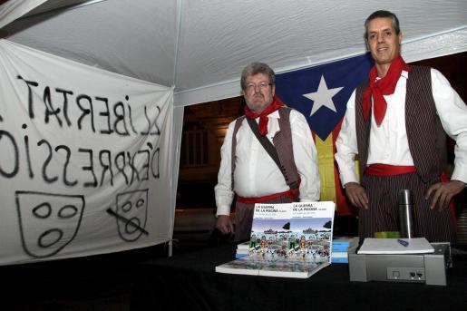 Sastre y Palou en el tenderete que instalaron en la Plaça del Mercat, ante el TSJB.