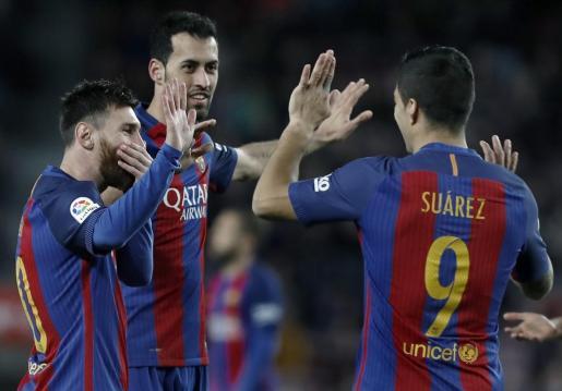 Luis Enrique ha cambiado a Suárez y a Messi para dosificarles. En la imagen, junto a Busquets.