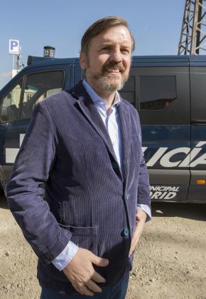 El portavoz de la Asociación HazteOir.org, Ignacio Arsuaga, posa en el estacionamiento de Coslada donde se encuentra inmovilizado el autobús de la organización ultracatólica.