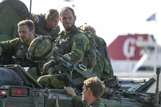 Fotografía de archivo fechada el 14 de septiembre de 2016 que muestra a un equipo de combate del Ejército de Suecia a su llegada al puerto de Visby.