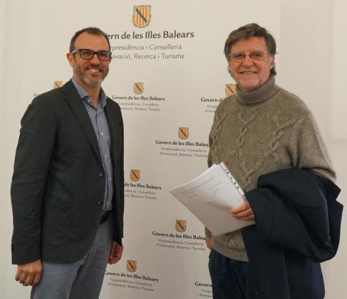 Joan Mir, hijo del escultor Jaume Mir, junto al vicepresidente del Govern, Biel Barceló.