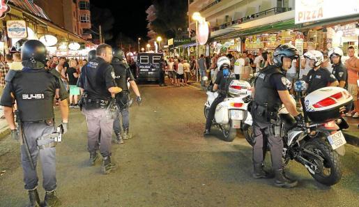 Actuación conjunta del Cuerpo Nacional de Policía y de la Policía Local en la Platja de Palma.