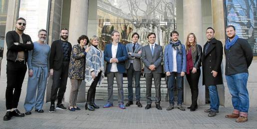 Autoridades, representantes del teatro y el equipo artístico de 'Macbeth', ayer en el Principal.