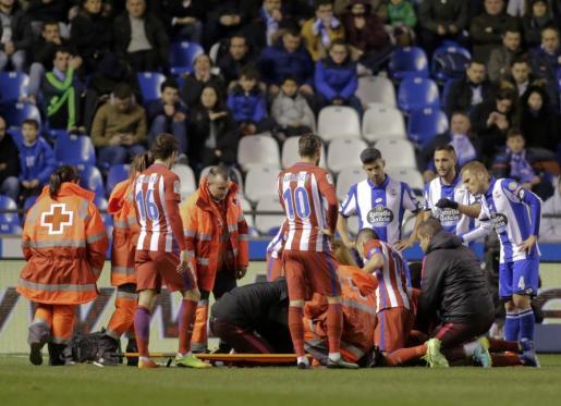 Fernando Torres siendo atendido tras el golpe.