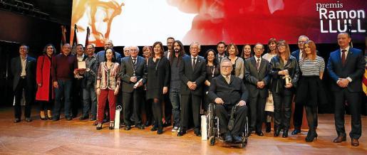 Todos los premiados reunidos sobre el escenario junto a la presidenta del Govern, Francina Armengol.