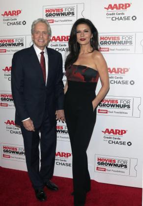 El actor Michael Douglas junto a su mujer, la actriz Catherine Zeta-Jones, a su llegada a los premios 'Películas para Adultos' de la revista AARP en Beverly Hills.