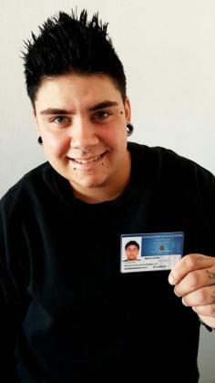 Hugo Santiago Morales con su nueva tarjeta.
