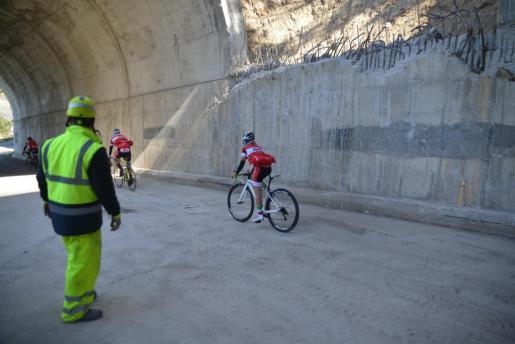 Los operarios realizando los trabajos para abrir el túnel al tráfico.
