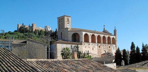 La parroquia de Artà, en primer plano, immatriculó las murallas, el recinto y los edificios de Sant Salvador, al fondo de la imagen.