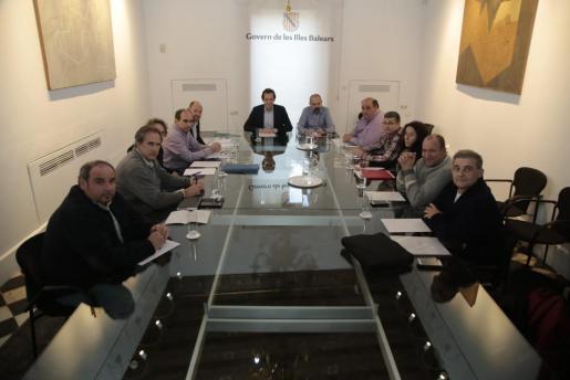 Patronales del taxi y el conseller Marc Pons, en la Conselleria de Mobilitat, antes del inicio de la reunión.