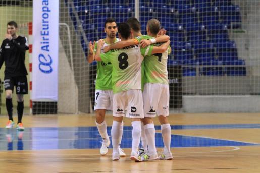 Los jugadores del Palma Futsal celebrando uno de los goles.