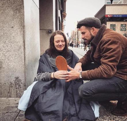 Josh Coombes, tras terminar de cortar el pelo a una mujer en las calles de Londres.