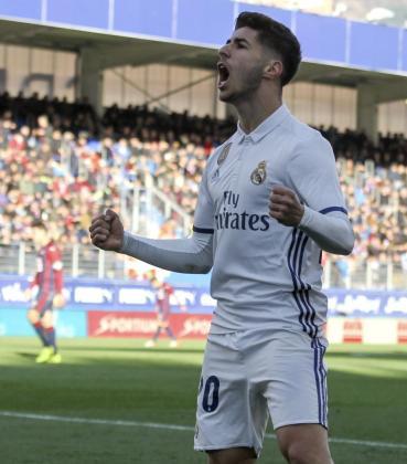 El centrocampista del Real Madrid Marco Asensio celebra su gol marcado al Eibar, el cuarto del conjunto blanco, durante el partido correspondiente a la vigésimo sexta jornada de LaLiga Santander disputado esta tarde en el estadio Ipurúa.