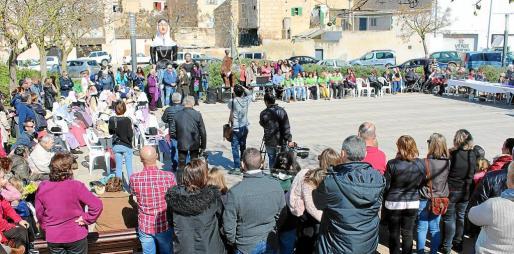 Unas 200 personas asistieron al anual acto en motivo del Dia Internacional de la Dona en la plaza de ses Perleres.