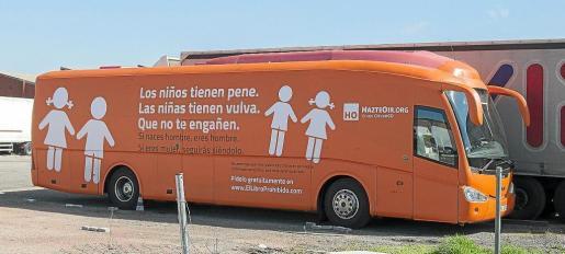 El autobús está retenido en un aparcamiento de la localidad madrileña de Coslada.