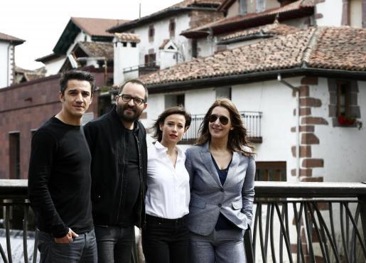 El director del largometraje junto a la escritora de la trilogía del Baztán, Dolores Redondo (derecha), junto a los protagonistas del film en la presentación del mismo.