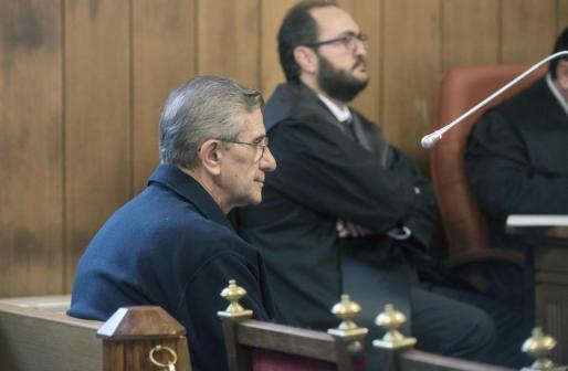 El padre Román, único procesado en el caso conocido como Romanones, sentado en el banquillo de acusados de la Audiencia de Granada.