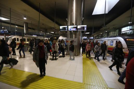 Las aglomeraciones en los trenes fueron una constante, si bien fueron más intensas en las horas punta.