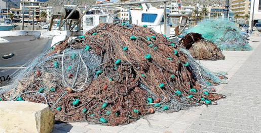 Los pescadores de Pollença aseguran que los 'piratas' recreativos les destrozan las redes. Las cortan con cuchillo para recuperar los aparejos enganchados.