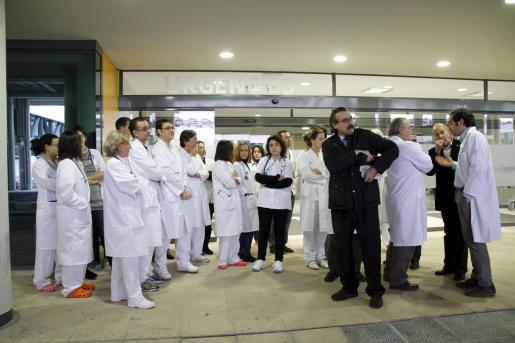 Imagen de la concentración realizada a primera hora de esta mañana en Son Espases.