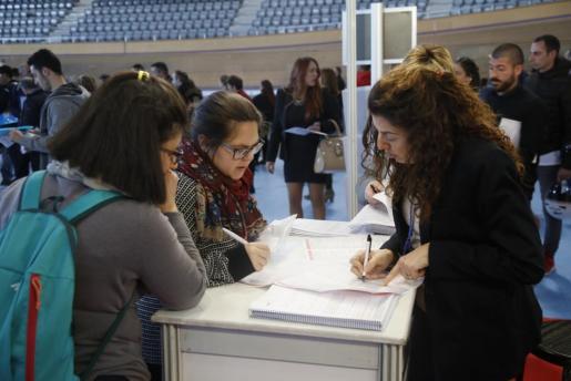 Los participantes pueden entregar en mano sus currículums.