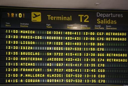 Monitor de información de salidas de la Terminal 2 del Aeropuerto de Barajas (Madrid), con los efectos de la huelga de controladores en Francia.