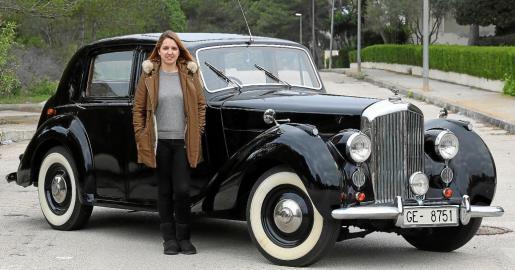Cristina Mulet posa junto al Bentley Mark 4 de 1954 que su familia compró hace dieciséis años y que al final ha restaurado para alquilarlo .