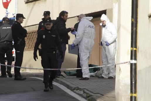 Agentes de la Policía en los aledaños de la vivienda en cuyo interior se halló a una mujer muerta.