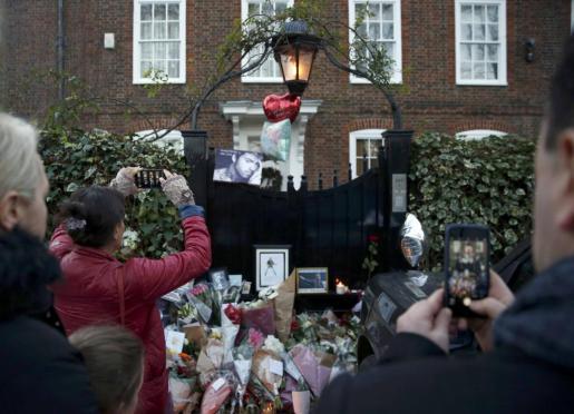 El exterior de la vivienda del cantante, llena de mensajes y flores, tras conocerse su muerte.