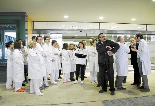 Dirigentes del Sindicato Médico junto a los facultativos concentrados ayer.