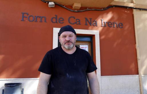 Norberto, el responsable del Forn de ca na Irene, ubicado en la calle Major de Pòrtol.