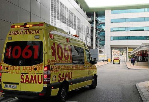 Una ambulancia evacuó a Son Espases a la mujer, donde falleció este martes.