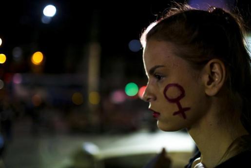 Una chica, en una manifestación a favor de los derechos de las mujeres.