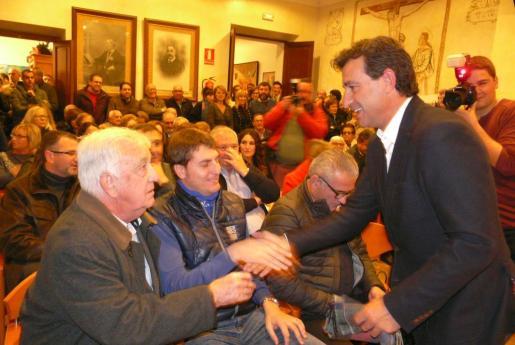 Imagen de archivo de Gabriel Cañellas saludando a Biel Company, el otro candidato a presidir el PP.