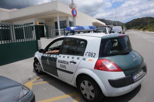 El conductor del turismo y único ocupante hizo caso omiso a las señales y sobrepasó a uno de los agentes a gran velocidad.